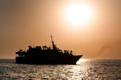 Glättung des Schiffs auf Meer stockfotos