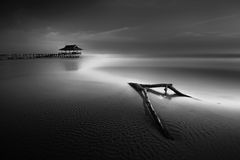 Glättung niedrige Gezeiten das Meer vom Pier Lizenzfreie Stockbilder
