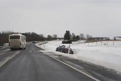 Glättung, Straßenautounfall der schlechten Zustandes Grauer Himmel ohne Sonne stockbilder