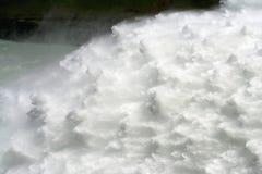 A glória da água de queda no dique Imagens de Stock Royalty Free