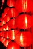 Glöd av röda kinesiska lyktor på natten beijing porslin arkivfoto