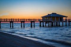 Glöd av soluppgång precis före solen som visas på fortet DeSoto i Florida Fotografering för Bildbyråer