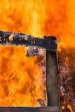 Glöd från brinnande wood paletter Arkivfoton