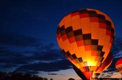 Glödande ballong för varm luft Arkivbilder