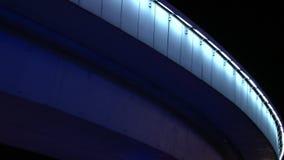Glödande bilbro i Moskva på natten lager videofilmer