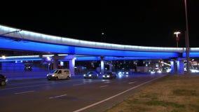 Glödande bilbro i Moskva på natten stock video