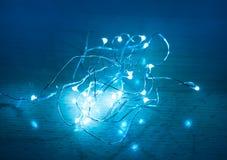 Glödande blå ljusgirland Arkivbilder