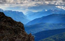 Glödande blå mist ovanför Piave River Valley, Dolomites, Italien Royaltyfria Foton