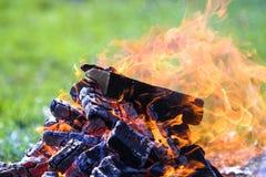 Glödande brasa på naturen Brinnande träplankor utanför på summ arkivfoton