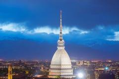 Glödande cityscape av Torino (Turin, Italien) på skymning Royaltyfri Fotografi