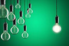 Glödande Edison för idé- och ledarskapbegreppstappning kulor på Arkivbild
