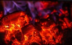 Glödande glöd i varm röd färg, slut upp Royaltyfri Bild