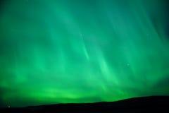 glödande grön sky för norrsken Arkivfoton