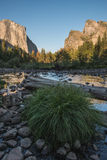 Glödande granit vaggar taget på den Yosemite dalsikten på solnedgången i den Yosemite nationalparken, Kalifornien Fotografering för Bildbyråer