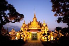 glödande guld- ljust thai solnedgångtempel fotografering för bildbyråer