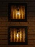 Glödande hem- garneringar Två retroes, gamla lampor bak stänger på royaltyfri fotografi