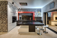 Glödande kök i modern stil arkivfoton