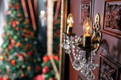 Glödande lampa i förgrunden Abstrakt julbakgrund med Defocused lampor Royaltyfri Fotografi