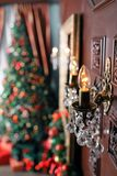 Glödande lampa i förgrunden Abstrakt julbakgrund med Defocused lampor Arkivfoton