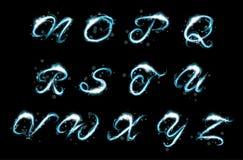 Glödande ljus effekt för isblått blänker text uppercase N-Z Arkivbilder