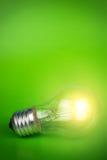 Glödande ljus kula över grön bakgrund Royaltyfria Foton