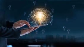 Glödande ljus kula i hjärna över labtop av affärsmannen Royaltyfri Bild