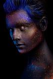 Glödande neonmakeup med dramatisk blick i hans ögon Arkivbilder