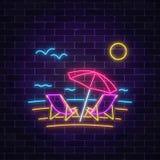 Glödande neonsommartecken med chaisevardagsrum, strandparaplyet, havet och fiskmåsar på mörk bakgrund för tegelstenvägg Arkivfoton