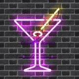 Glödande neonstångtecken med martini exponeringsglas Fotografering för Bildbyråer