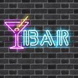 Glödande neonstångtecken med martini exponeringsglas Arkivfoto
