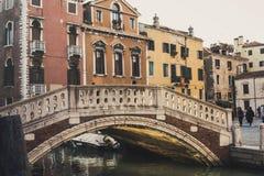 Glödande reflexion för Venedig bro royaltyfri bild