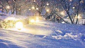Glödande snöflingor i natt parkerar för jul Bakgrund för Xmas och för nytt år arkivbilder