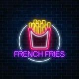 Glödande tecken för neon av hamburgaren i cirkelram på en mörk bakgrund för tegelstenvägg Ljust affischtavlasymbol för Fastfood royaltyfri illustrationer