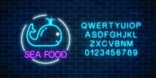 Glödande tecken för neon av havsmat med det blåa valet i cirkelram med alfabet på en mörk bakgrund för tegelstenvägg Fastfoodljus royaltyfri illustrationer
