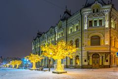 Glödande träd på Kuznetsky mest gata Arkivbild