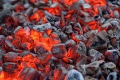 Glödande varma röda glöd för att laga mat grillfesten arkivfoton