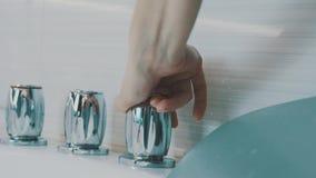Glödande vattenkran för flickaslutmetall av badkaret i badrum Vatten hygien stock video