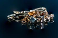 Glödande verkliga guld- smycken med verkliga diamanter på skinande yttersida Arkivbild