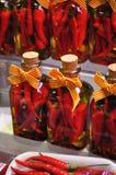 Glödhet chilipeppar i exponeringsglas Arkivbild