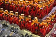 Glödhet chilipeppar i exponeringsglas Royaltyfri Bild
