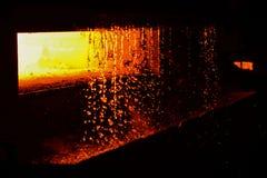 Glödhet magmatextur, röd glödande flytande av smälter ståljärn royaltyfri fotografi