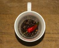 Glödhet peppar för kopp kaffekorn royaltyfri bild