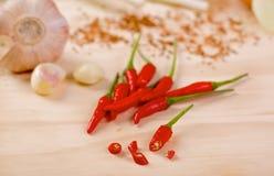Glödheta chilipeppar med vitlök och salladslök Royaltyfria Bilder