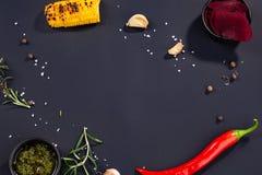 Glödheta havre och havre för chilipeppar på svart kulinarisk bakgrund, bästa sikt arkivfoto