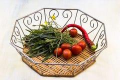 Glödheta peppar, arugula, körsbärsröda tomater royaltyfria foton