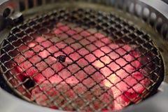 Glödhett kol i ugnen och gallret royaltyfri foto