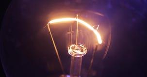 Glödningtråd, slut upp Verklig ljus kula som är roterande på som är flimrande och som är roterande av Makro stock video