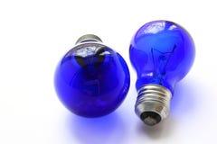 Glödtrådlampa med blått exponeringsglas Två lampor, en mer, en mindre Royaltyfri Fotografi