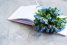 Glöm mig inte blommor och anteckningsboken Fotografering för Bildbyråer