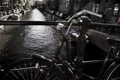 Glömd cykel på den Amsterdam bron Arkivbilder